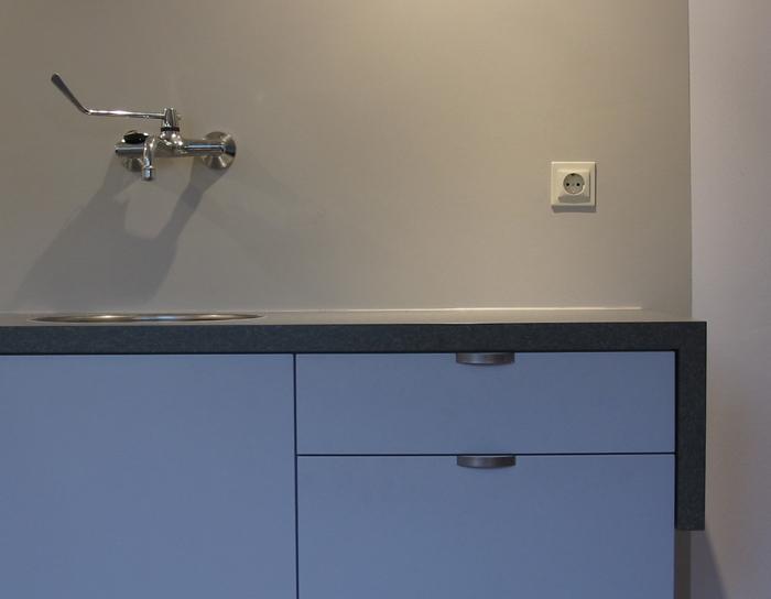 zwevende keuken met gestucte achterwand