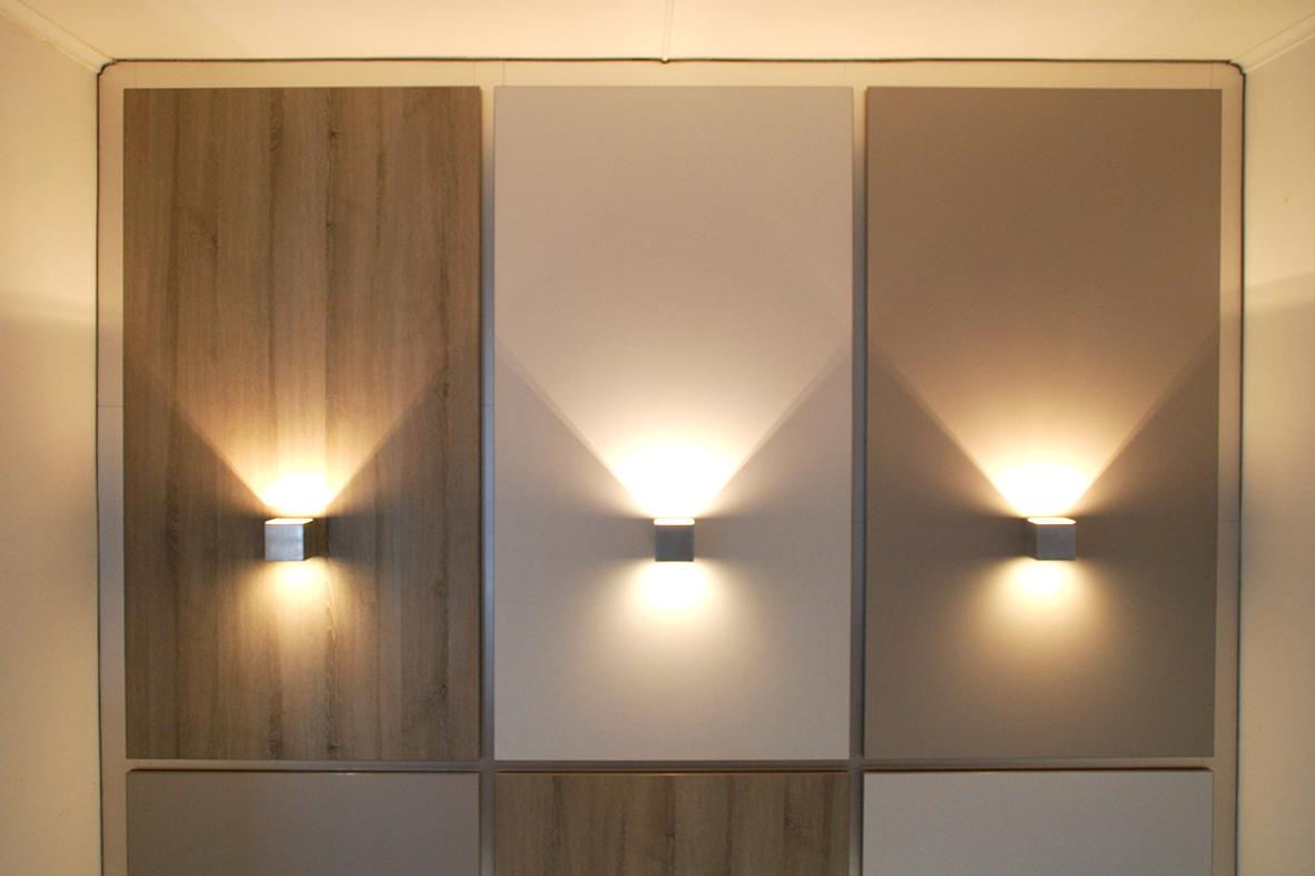 op een aantal panelen is verlichting aangebracht het resultaat een eigentijds trappenhuis dat weer helemaal past bij de woning
